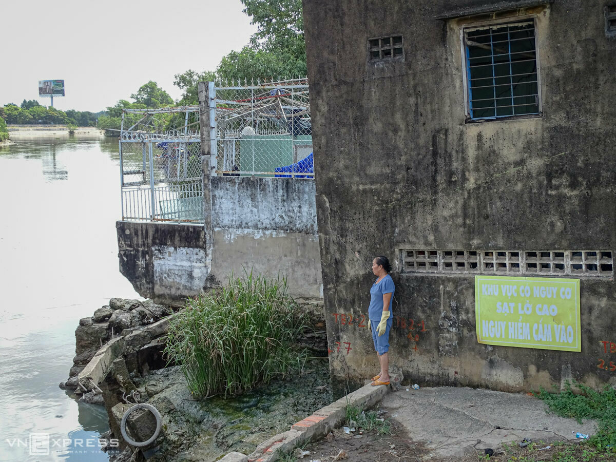 The house of Dao Trung, a resident in HCMCs District 2, leans towards Giong Ong To Channel. The back of the house has been subsided and part of its will be submerged under water during high tide or when the rainy season comes. Photo by VnExpress/Ha An
