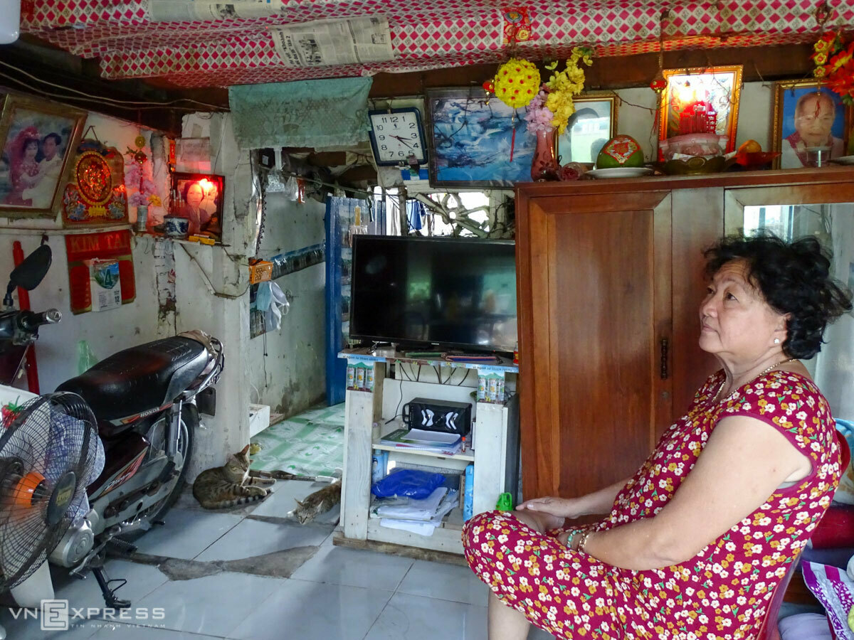 Phan Thi Kim Lan sits in her house by the Phuoc Kieng River in Nha Be District in HCMC. Photo by VnExpress/Ha An