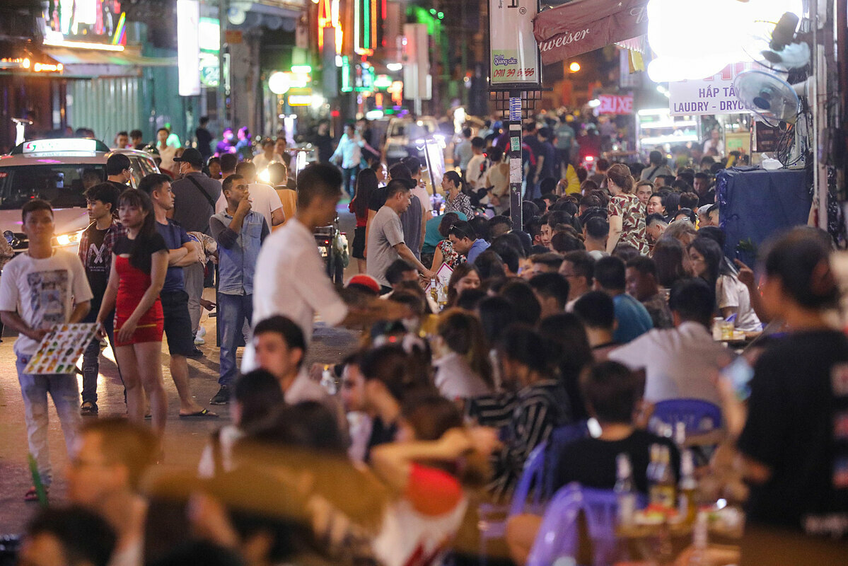 Most of beer clubs and food stalls are full, with customers occupying the sidewalk of both sides of the street.Since mid-March, all bars, massage, karaoke parlors, beer clubs and discotheques in the country were closed in an effort to contain the spread of the Covid-19 pandemic.