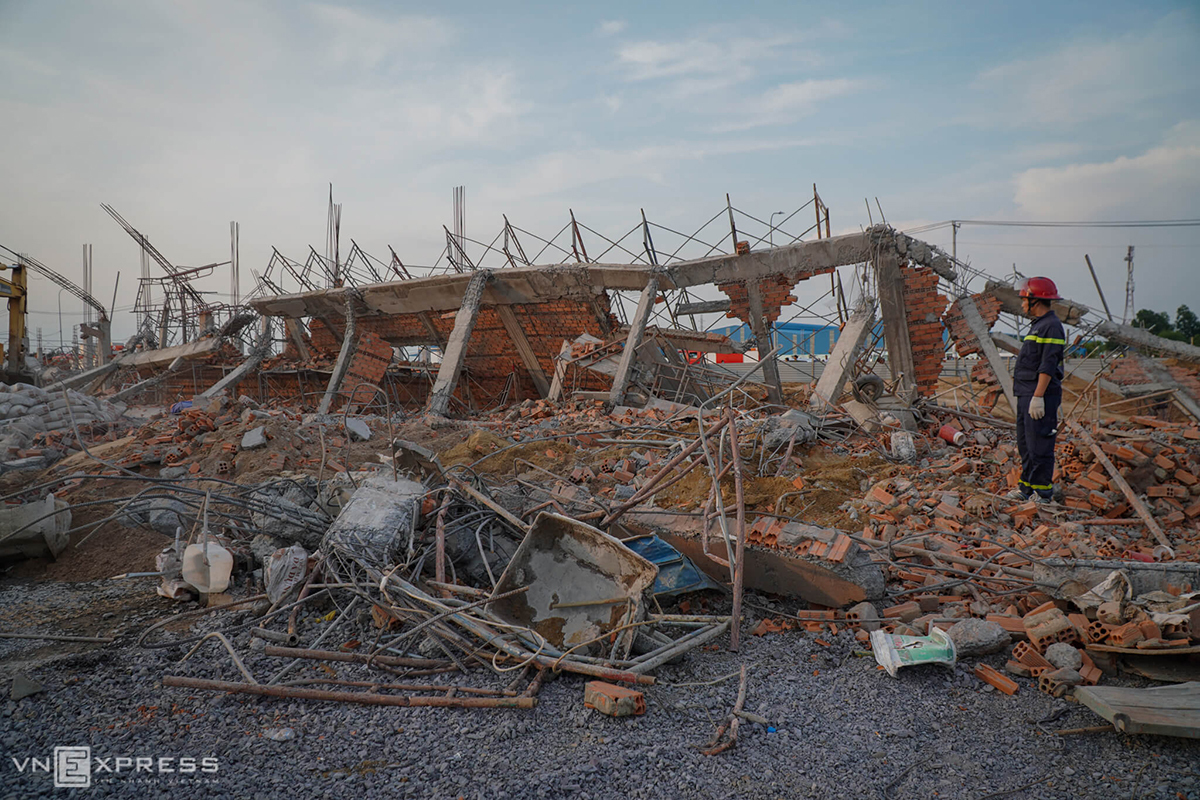 Part of the collapsed wall at the contrusction site ofAV Healthcare at Giang Dien Industrial Park in Dong Nais Trang Bom District. Photo by VnExpress/Phuoc Tuan
