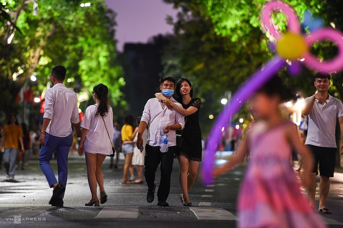 Hanoi has earmarked several streets, including Dinh Tien Hoang, Hang Khay, Le Thach, and Trang Tien, for pedestrians only since September 2016 to enliven the city and attract more foreign visitors.Before the Covid-19 pandemic broke out in late January, foreign visitors came in large numbers with about 3,000 to 5,000 people on average on daytime and from 15,000 to 20,000 people in the evening.Since Vietnam banned entries for all foreign nationals and halted international flights to control the spread of the Covid-19 pandemic, the number of foreign tourists to Hanoi was hit hard.The number of visitors to the capital during the first four months this year dropped by 60 percent year-on-year to 3.89 million due to the pandemic. Nearly 964,000 of these were foreigners, down59 percent.