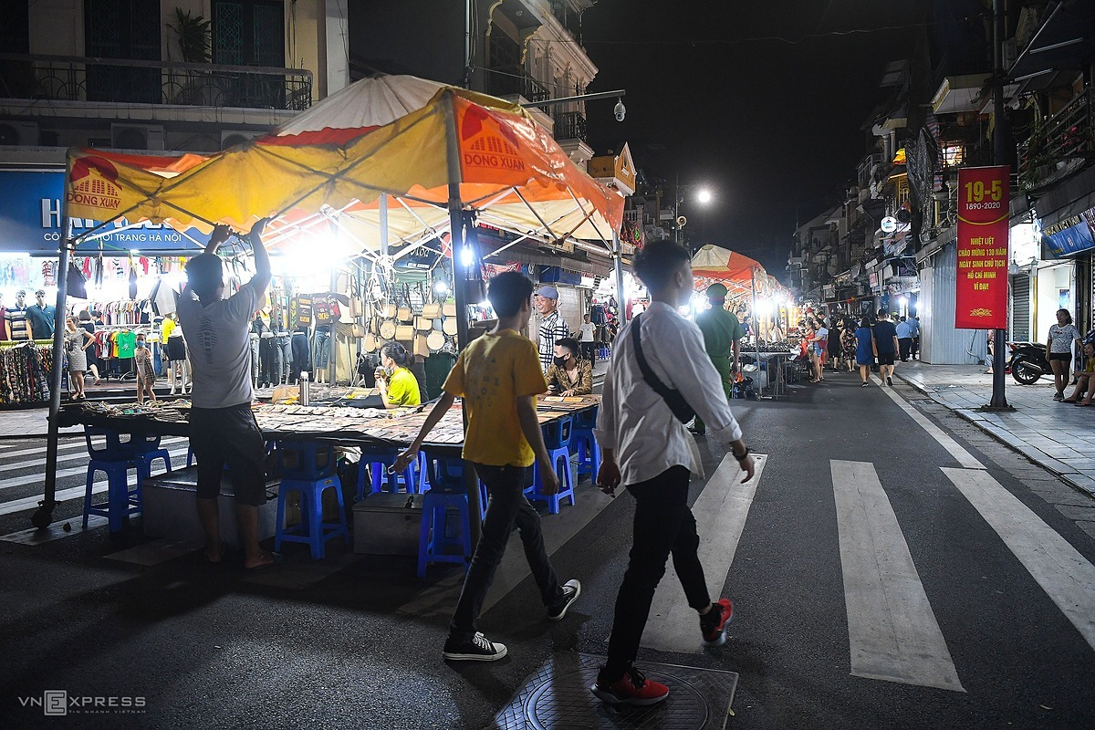 Business services inside Dong Xuan night market resume operation after more than three months of temporary shutdown.