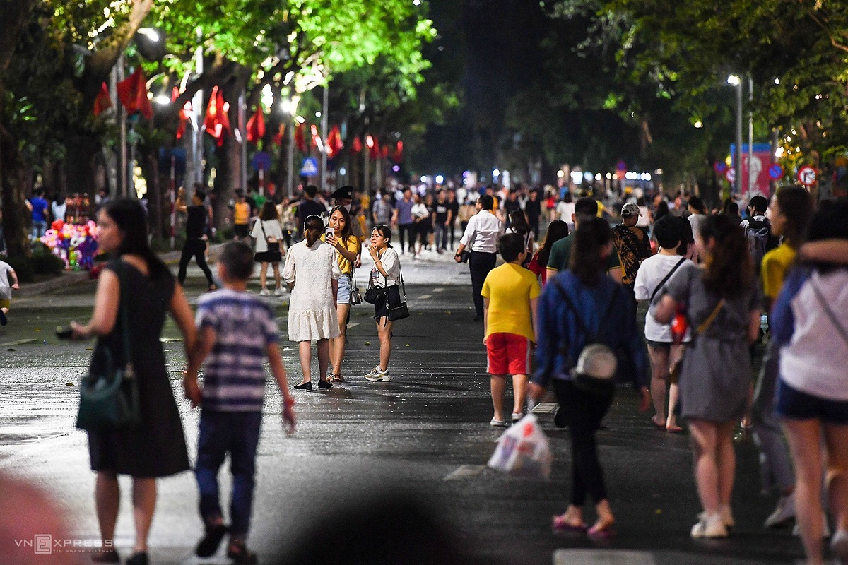 On Friday night, thousands of Hanoians flock tothe pedestrian-only zone around the capitals iconic Hoan Kiem (Sword) Lake during the first night of reopening.The area spans through 16 streets wherevehicles are off-limits from 7 p.m.to midnight on Fridays, Saturdays and Sundays. However,Hanoi closed off its pedestrians-only area in Hoan Kiem District on February 3 preemptively to prevent large gatherings. The capitals first Covid-19 cases were diagnosed only in early March.