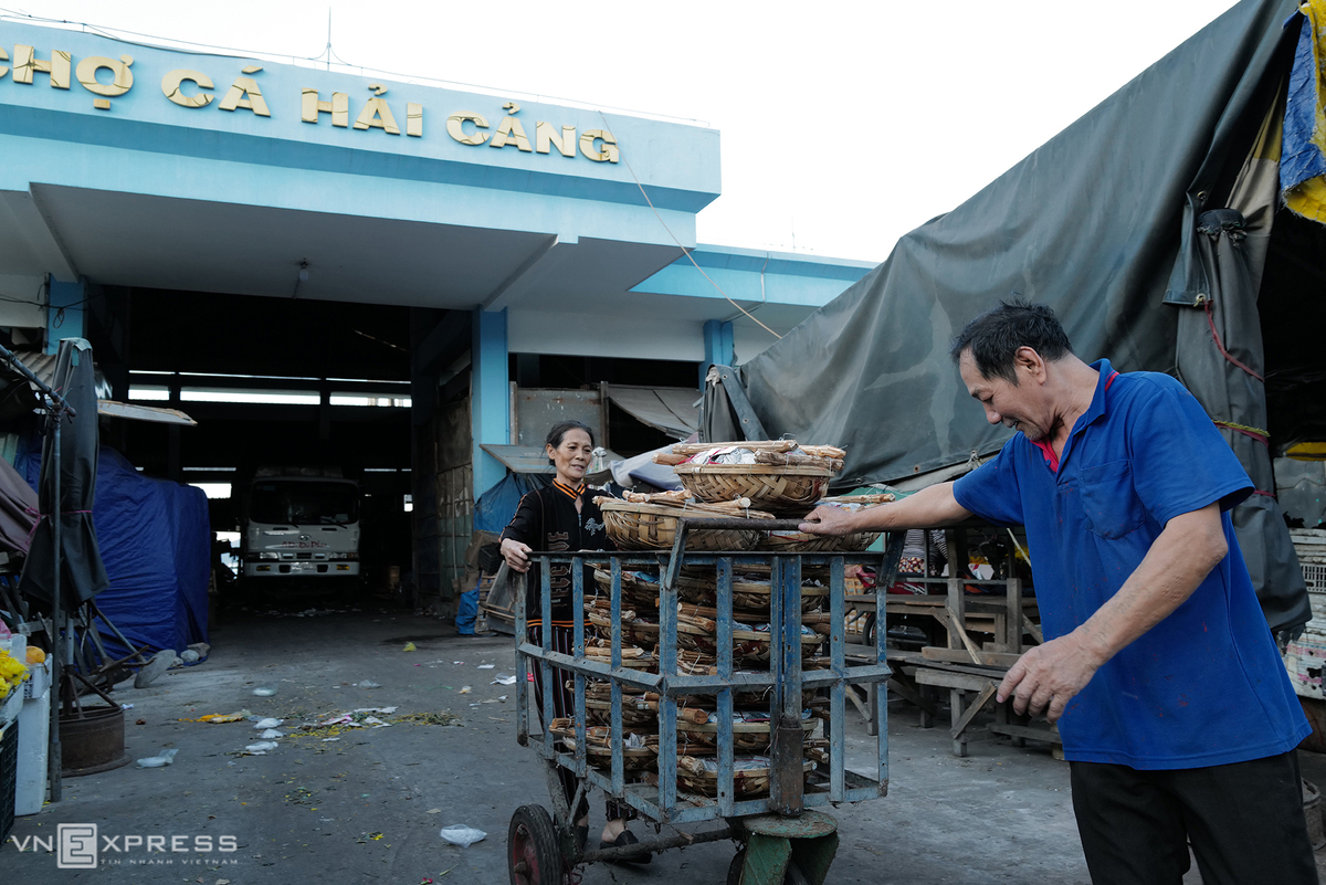 On average, Hai Cang Market processes 10 tons of fishes and delivers them to many provinces.