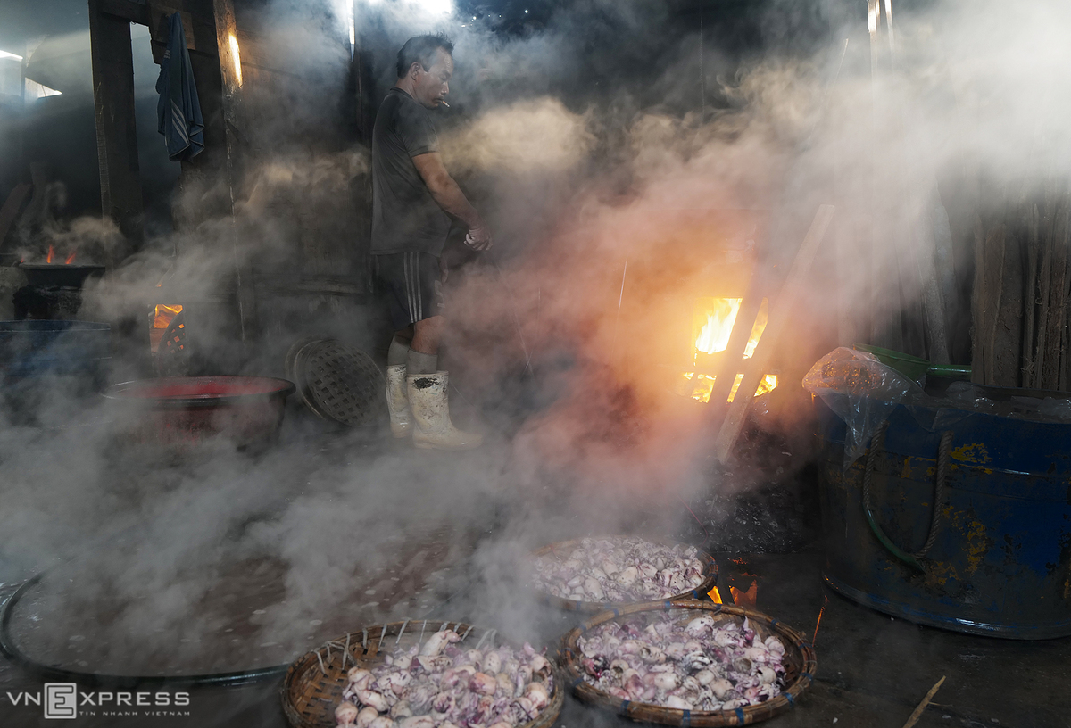 Local people use wood and charcoal for their ovens, making the temperatures in the facilityare always from 50 to 70 degrees Celsius. The hut is filled with smoke and hot water on the floor.