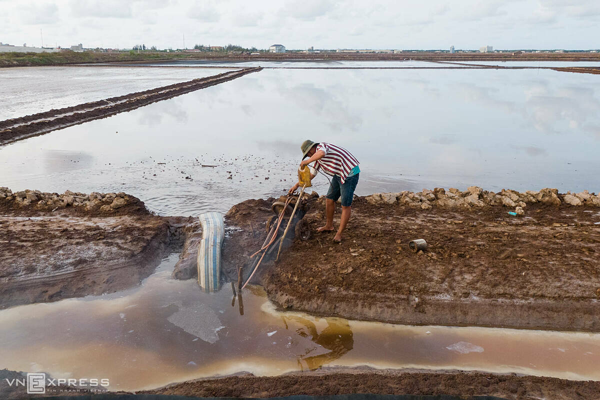 Immediately after harvesting the salt, salt makers continue pumping salt water into the fields. This work continued until the end of the dry season. Around early June, it rains a lot when people take a break. By early October they will return to the job.