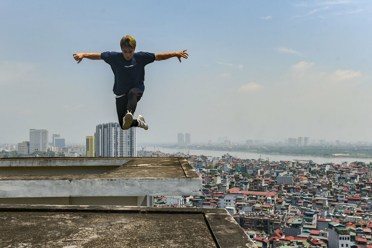 Movement without judgement: parkour, freerunning leap over urbans roofs - 2