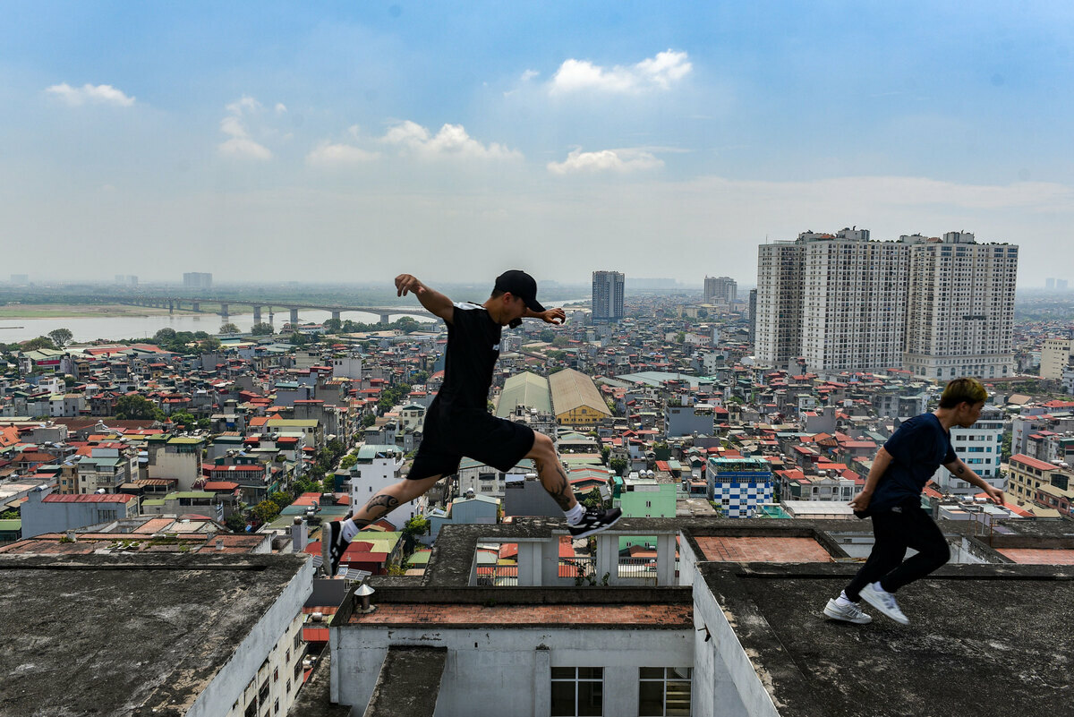 Ever since parkour and freerunning made its way to Vietnam in 2007, the two outdoor activities have attracted and provided many youth to run, jump, land, climb, tumble and roll in narrow streets and alleys and rooftops in Hanoi. After watching the movie Casino Royale, 24-year-old Turtle (real name Pham Xuan Lam), has been fascinated by the Parkour movements in the film and pursued the subject ever since, until now 11 years. Currently, Lam is the leader of the Parkour team consisting of 10 members from 21 to 24 years old, named Highnoy.Highnoy is a way of calling Hanoi by a foreign friend and we decided to use it for easy reading. At first, I formed a big group so everyone could come and exchange to help each other. However, the large number of members did not achieve the desired results, so I withdrew into an individual group of 10 dedicated brothers to pursue this subject for a long time , Lam shared.