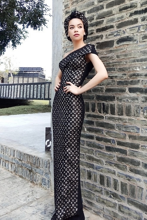 Singer Ho Ngoc Has dress is made of many Louis Vuitton scarves, which costs $740 for each. Photo courtesy of Ho Ngoc Ha.