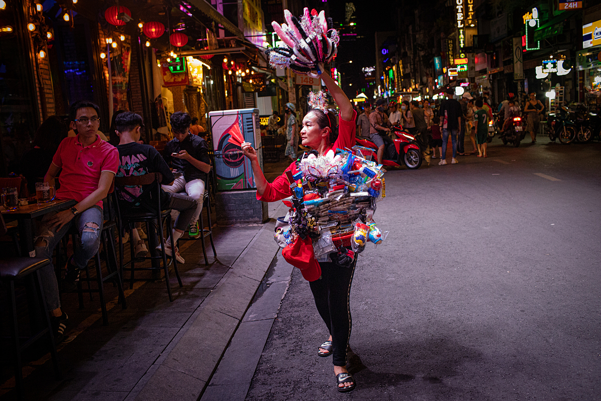 Thao, a street seller, shows her fans and bunny headbands to bar goers on Bui Vien Street in Saigon on May 16, 2020. Photo by VnExpress/Thanh Nguyen.