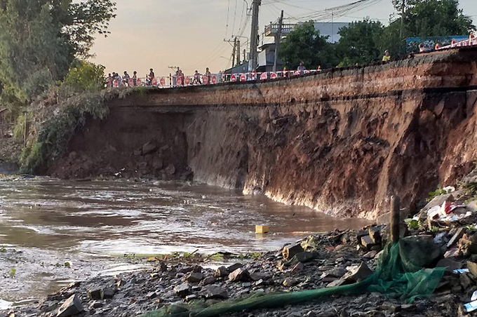 National Highway 91 after a section slipped into the Hau River, May 27, 2020. Photo by VnExpress/Cuu Long.