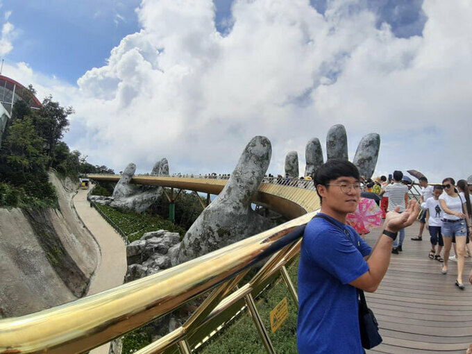 Bae Dong Il took a picture on Golden Bridge in Da Nang, where he continued his journey alone after his companion gave up. Photo by Bae Dong Il.