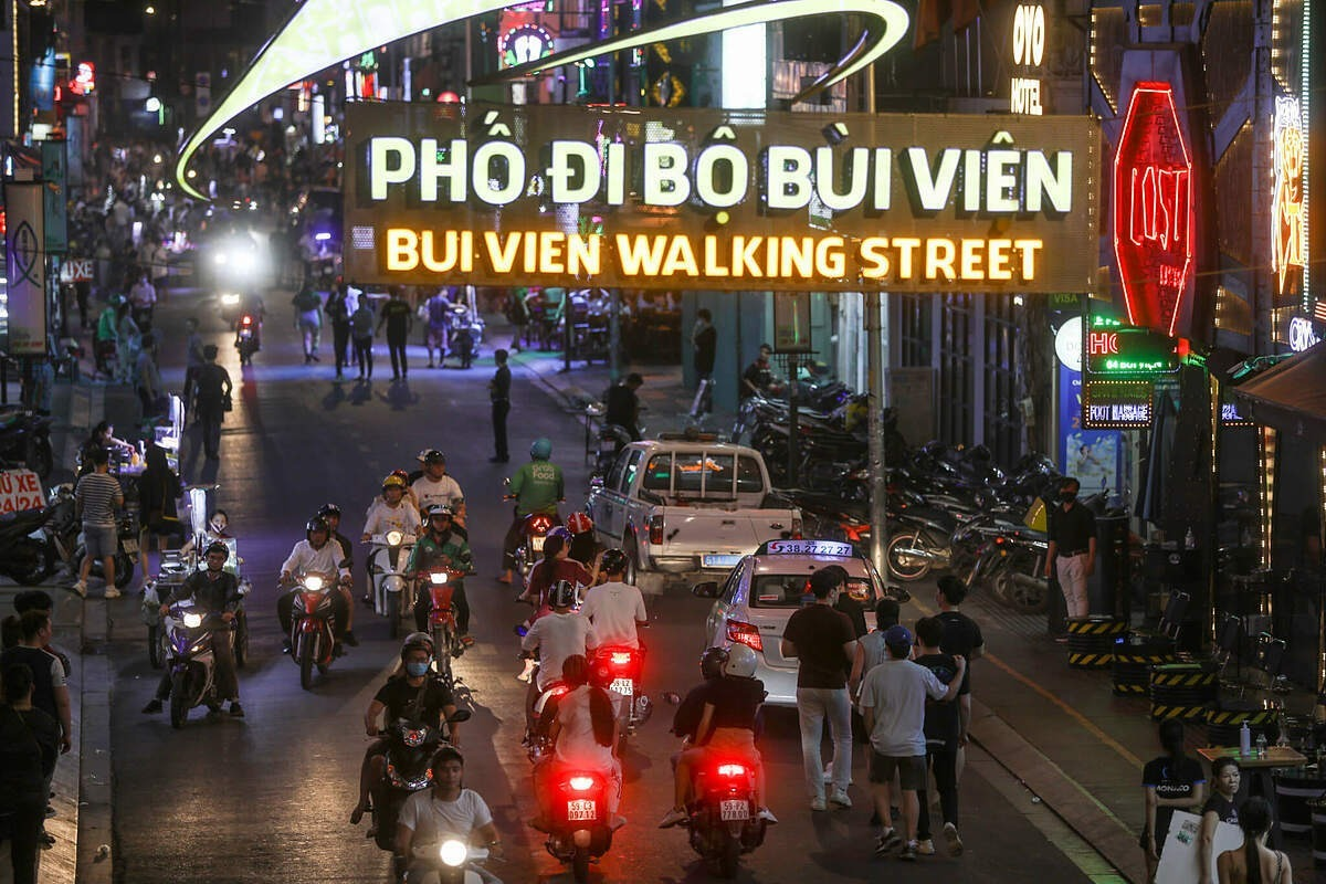Bui Vien backpacker street in downtown HCMC gets busy and crowded again in May 2020 following social distancing relaxations. Photo by VnExpress/Huu Khoa.