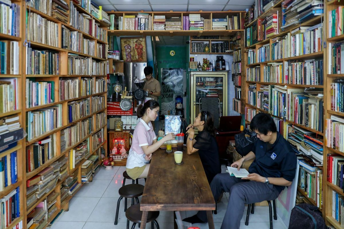 Located at 50 Nguyen Khac Nhu Street in District 1 of Ho Chi Minh City, an old bookstore has been renovated into a small yet cozy two story coffee stop.
