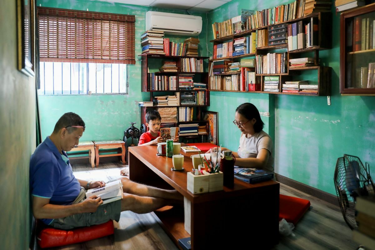 There is a small room with a bigger table for one family or small group of friends. We take our son here every weekend so he can read more and spend less time in front of the screen. There are many different kinds of book carefully classified by the owner, said Yen, from District 8.