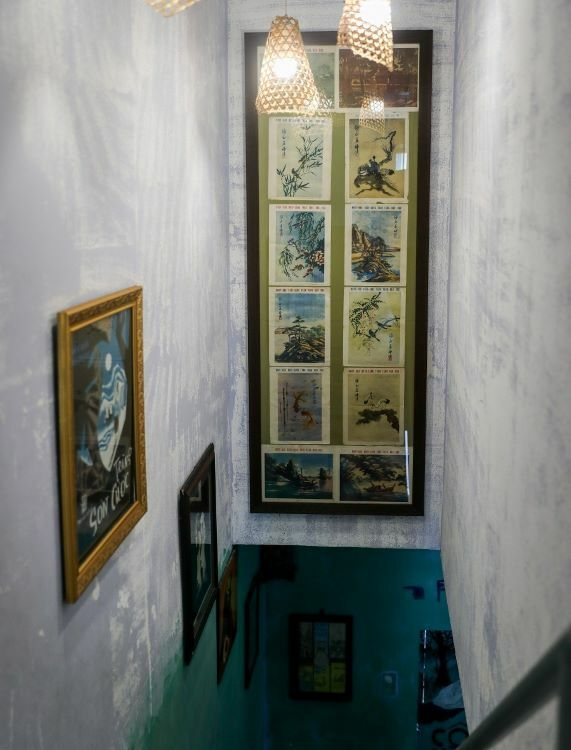 Hanging on the stairs leading to the first floor, exclusively used for reading, are music posters, old book covers, and old paintings, adding a nostalgic touch.