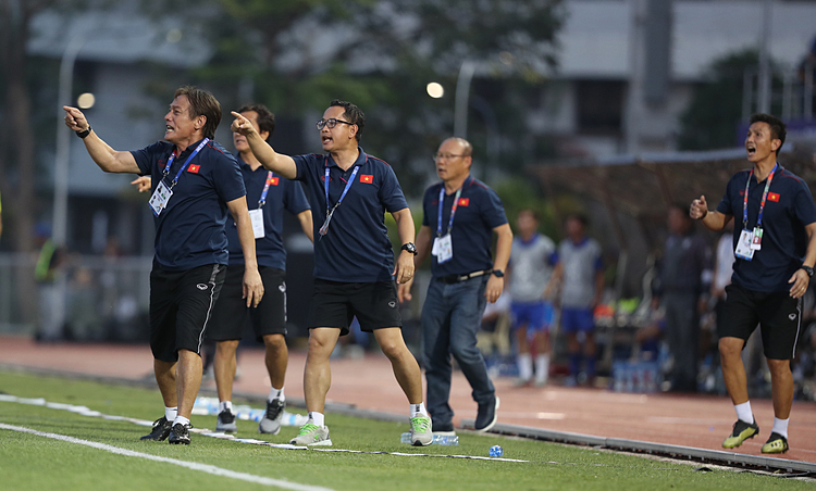 Le Huy Khoa, along with assistant coach Lee Young Jindelivercoach Parks message to Tien Linh who broke through three defenders in the box to headed the ball in from a cross in the left wing, contributing to Vietnams 2-2 draw against arch rivals Thailand at the SEA Games semifinal, December 5, 2019. Photo by VnExpress/Duc Dong