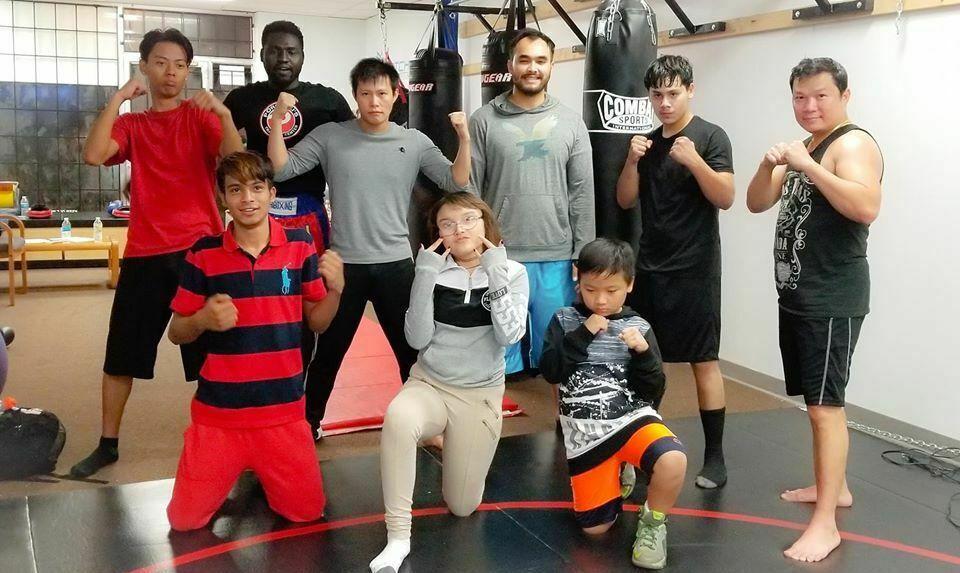 Long Le (tercero de pie a la derecha) y es amigo de un club de artes marciales. Foto cortesía de Long Le.