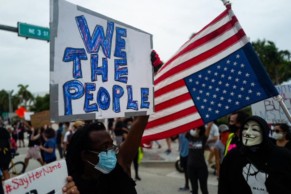 Un manifestante en Miami el 7 de junio de 2020. Foto de Shutterstock / Tverdokhlib.