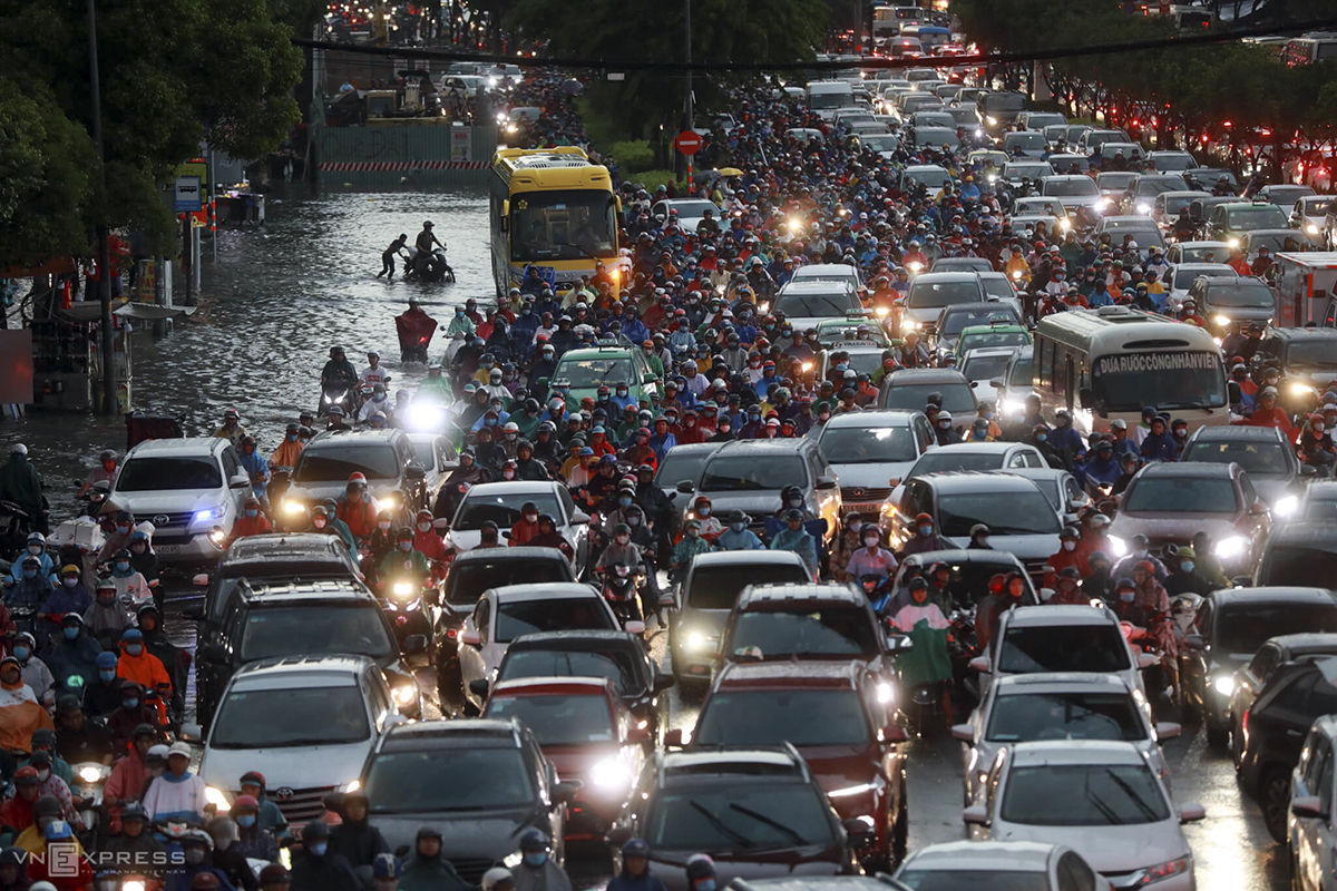 A section of Dien Bien Phu Street in Binh Thanh District is packed with lines of vehicles that moved inches by inches in water.