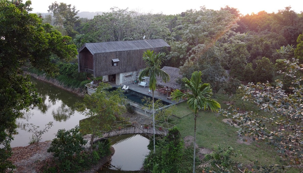 On a plot of land next to Hoi Khe Lake, the 400-square-meter abode was built based on four no's: no aluminum or glass windows, no air conditioning, no baked bricks, and no tiles. The house is occupied by a family of three generations, fond of entertaining friends and celebrating special occasions.