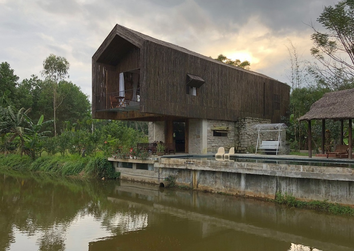 A bamboo outer layer on the second floor allows wind to cool the house. Downstairs, the walls are made of stone, creating a sense of nature.