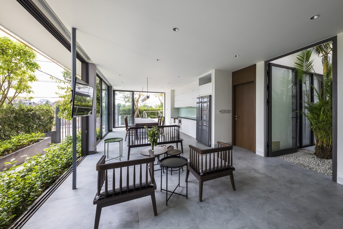 Located in Hue, where the temperature is extremely high in summer and long-lasting cold rain in winter, so the house with its facades is protected by a buffer zone of greenary. This helps homeowners minimizethe problems of heat, wind, and noise from the outside.