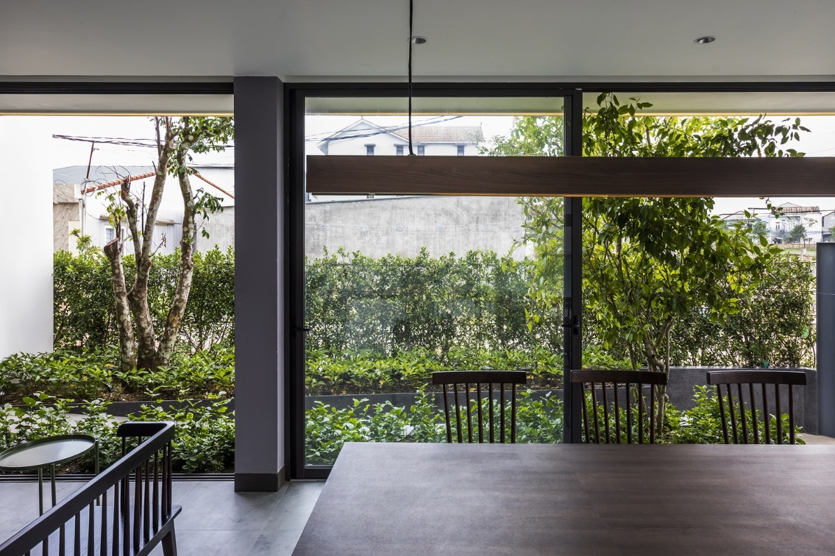 Glass doors and windows connect the inside and outside smoothly.