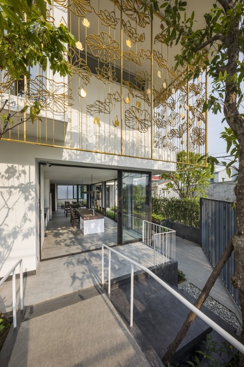 A system of iron balcony is installed outside the second floor with lotus patterns aims to not only strengthen the security but also become the shield that restricts the sunlight into the house.