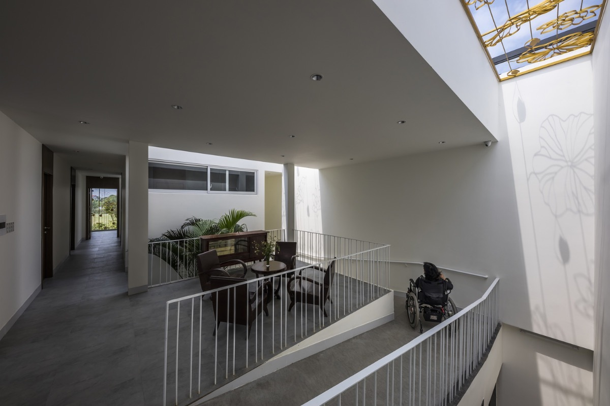 The ramp on the second floor with a lot of voids to encourageventilation and air convection. The skylight lets natural light penetrate, helping the housetake advantage of natural, fresh energy instead of depending on artificial equivalents.