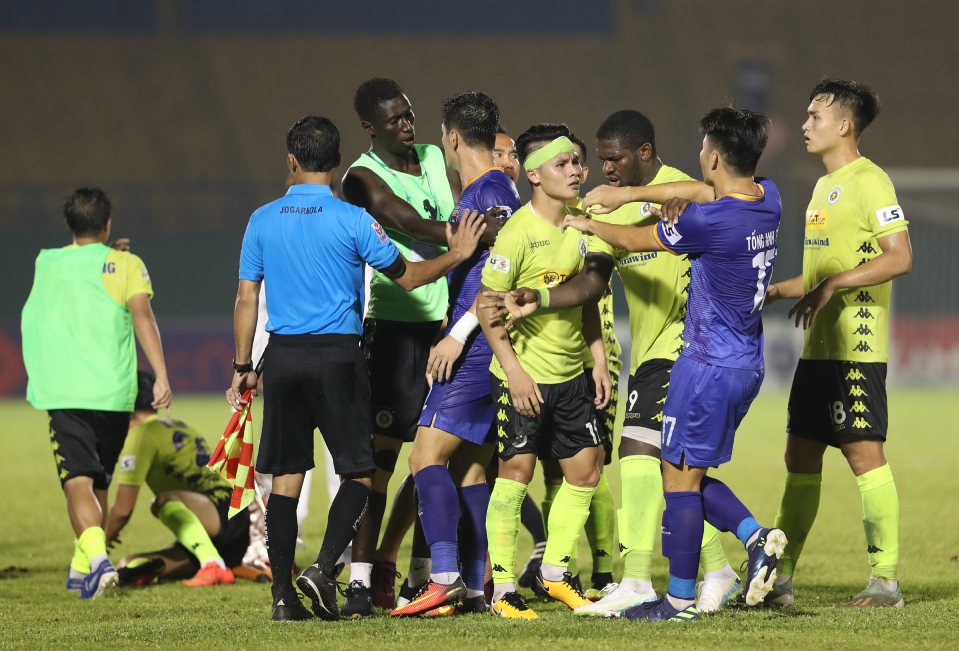 Medical team sparks scuffle in V. League 1 game