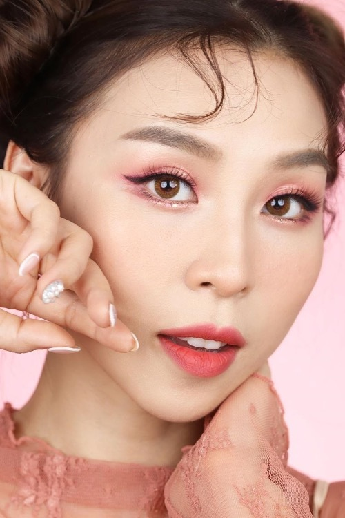 Tina Yong started her job as a makeup guruat 22 by publishing tutorials on make up for special occasions, testing new products alongside unique Koreanmakeup styles, etc. She owns a fashion firm and manages a cosmetics brand.