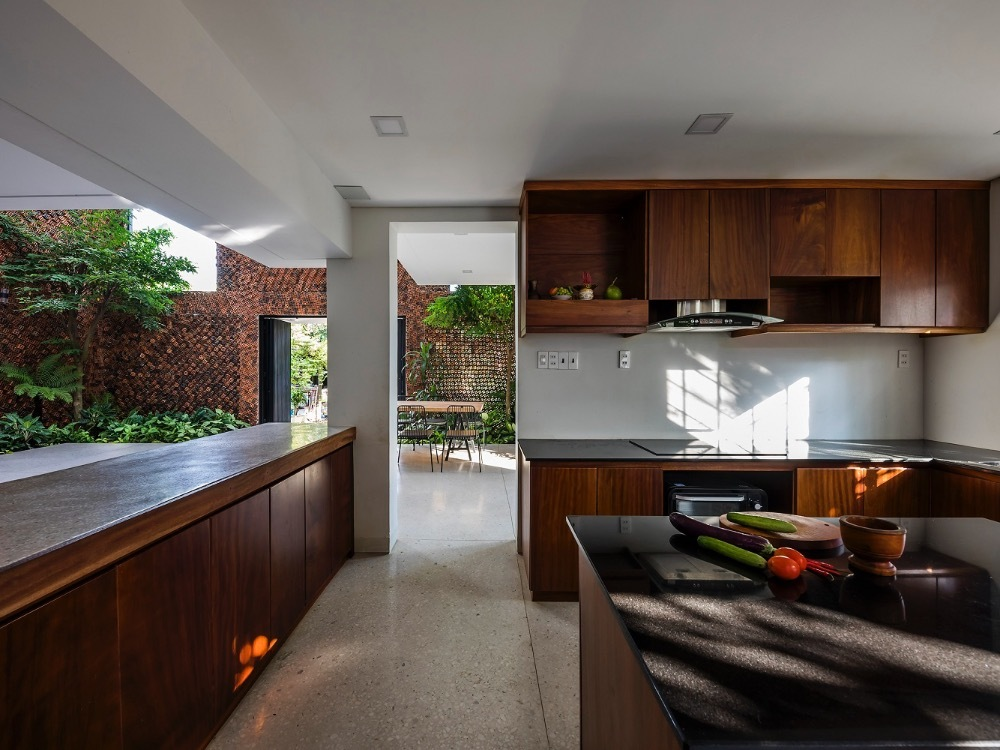 Kitchen with a view of greenery. All rooms in the house are connected by four breathing walls surrounding them.