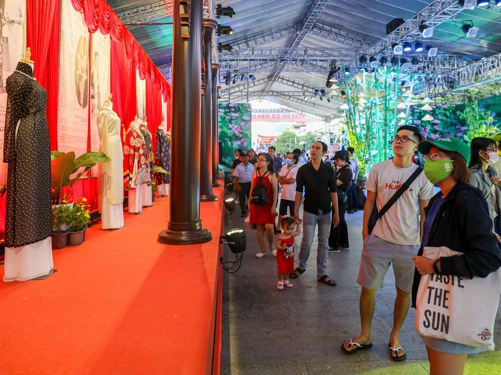 The exhibition, held local authorities,  attracts thousands of Saigonese and will end on July 2, 2020.