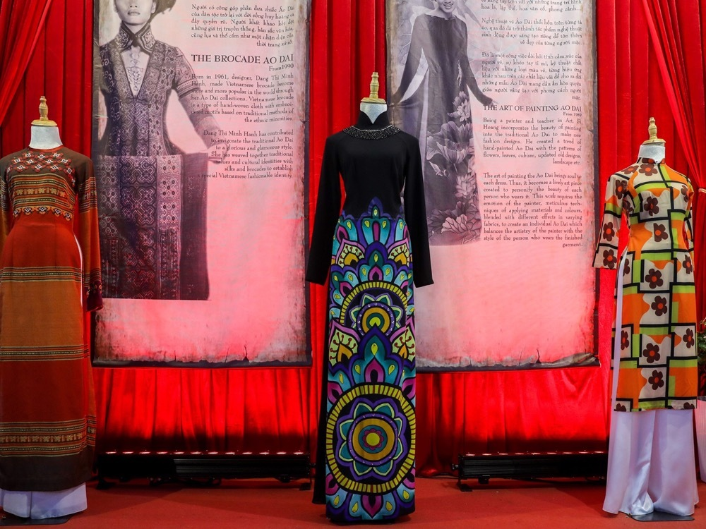 From right to left: hippy ao dai, hand-drawing ao dai and brocade ao dai. Later 1950s, young Saigonese were influenced by American lifestyle with Life fast, die young motto, so they opted for colorful ao dai with lightweight materials and floral patterns.In 1989, designer Si Hoang started combining art with the traditional outfits by introducing ao dai with hand-drawing patterns such as leaves, flowers, ancient patterns, etc. One year later, designer Minh Hanh took a further step by using brocade fabric for her ao dai.