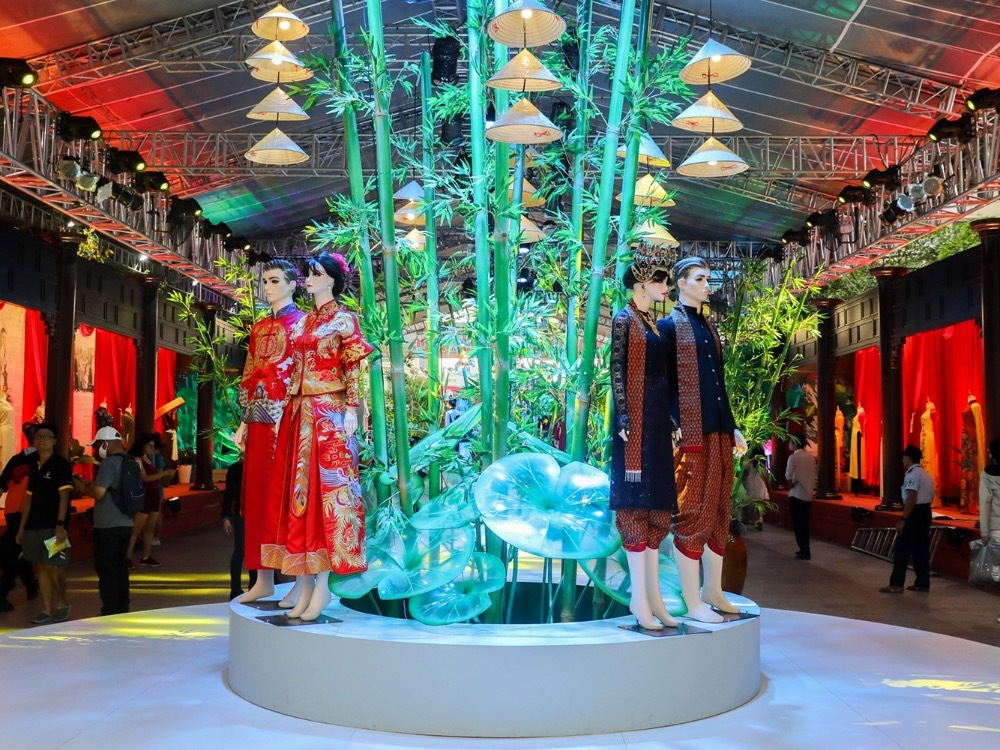 The exhibition also introduces wedding outfits of several ethnic minoritiesin Vietnam and ao dai fashion shows every night.