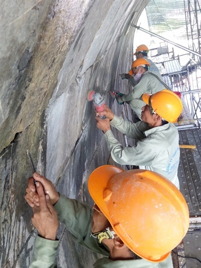 Workers work to restore the Ho Citadels south gate in Thanh Hoa Province in north central Vietnam. Photo by Van Hoa Newspaper.