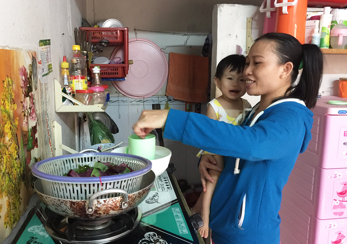 Nga and her daughter at home. Photo by VnExpress/Lam Son.