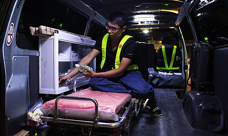 Tuan in his new ambulance, with a lot of medical equipment. Photo by VnExpress/Diep Phan.