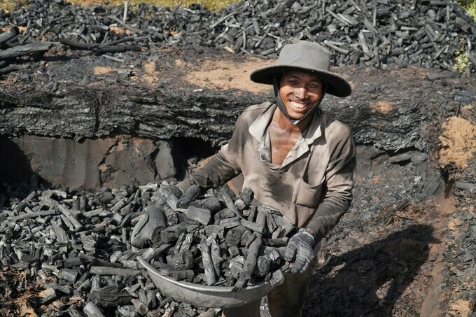 Trần Minh Tuấn collects charcoal from the kiln.VnExpress / Viet Quoc's photo.