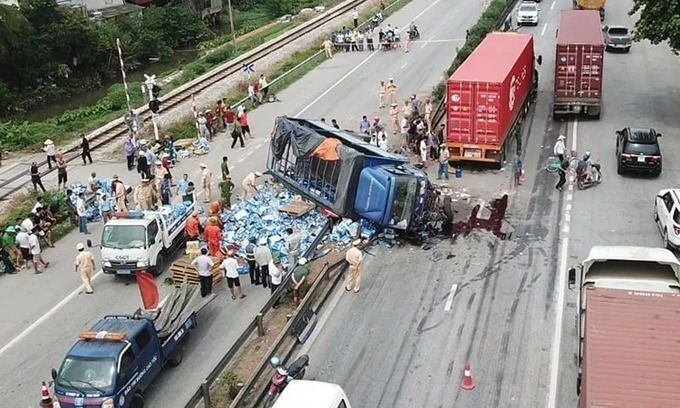 A truck flips over on its side after hitting the divider at a crossing on National Highway 5 in Hai Duong Province, killing five people early morning on July 23, 2019. Photo by VnExpress/Giang Chinh.