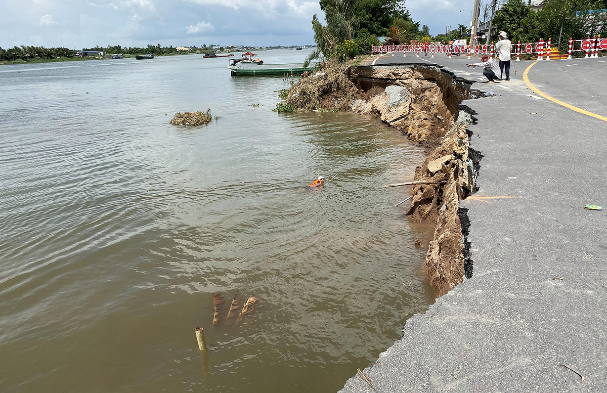 The section of the National Highway 91 that was eroded on May 27, 2020. Photo by VnExpress/Cuu Long.