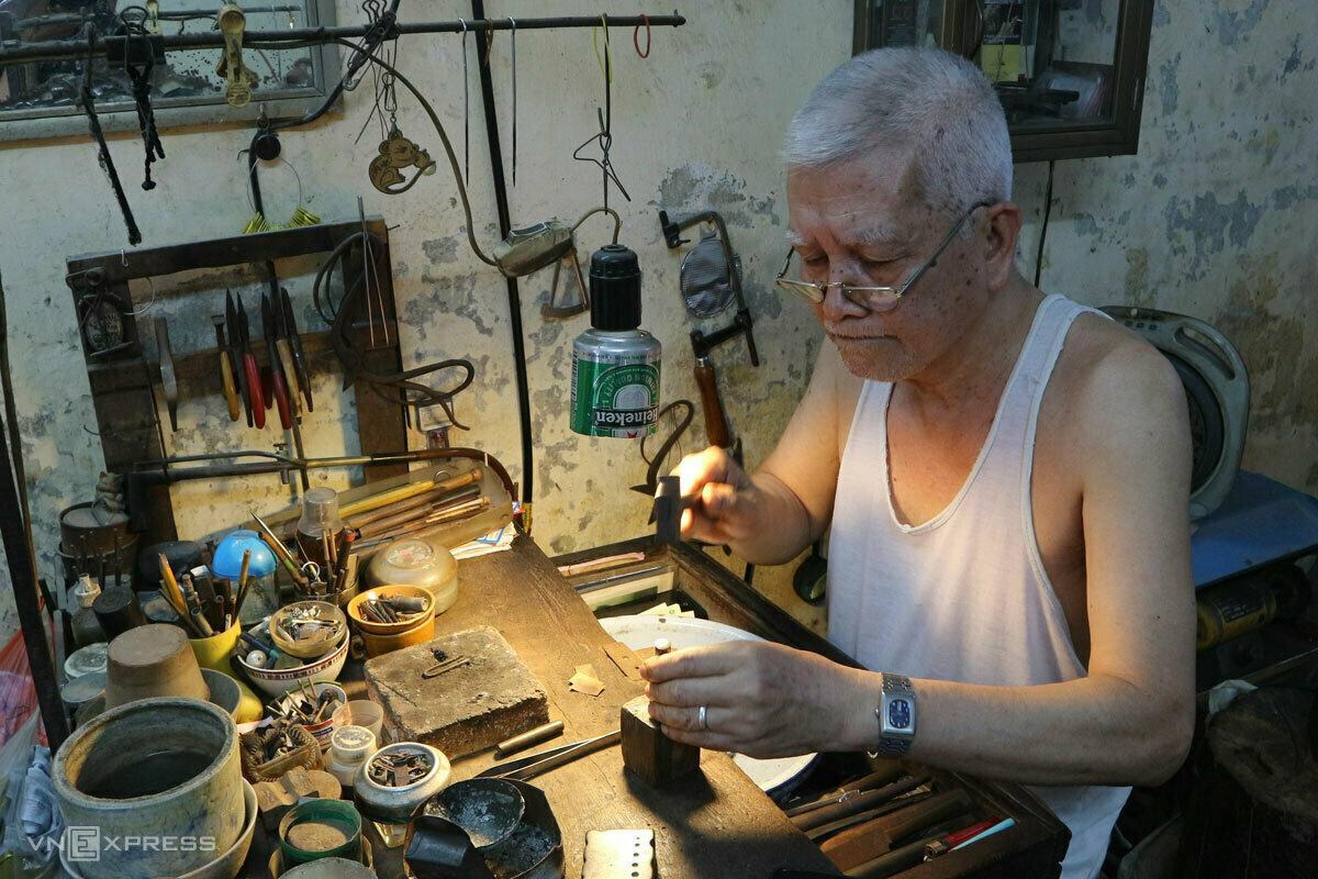 Nguyen Chi Thanh at his work desk. Photo by VnExpress/Ngan Duong.