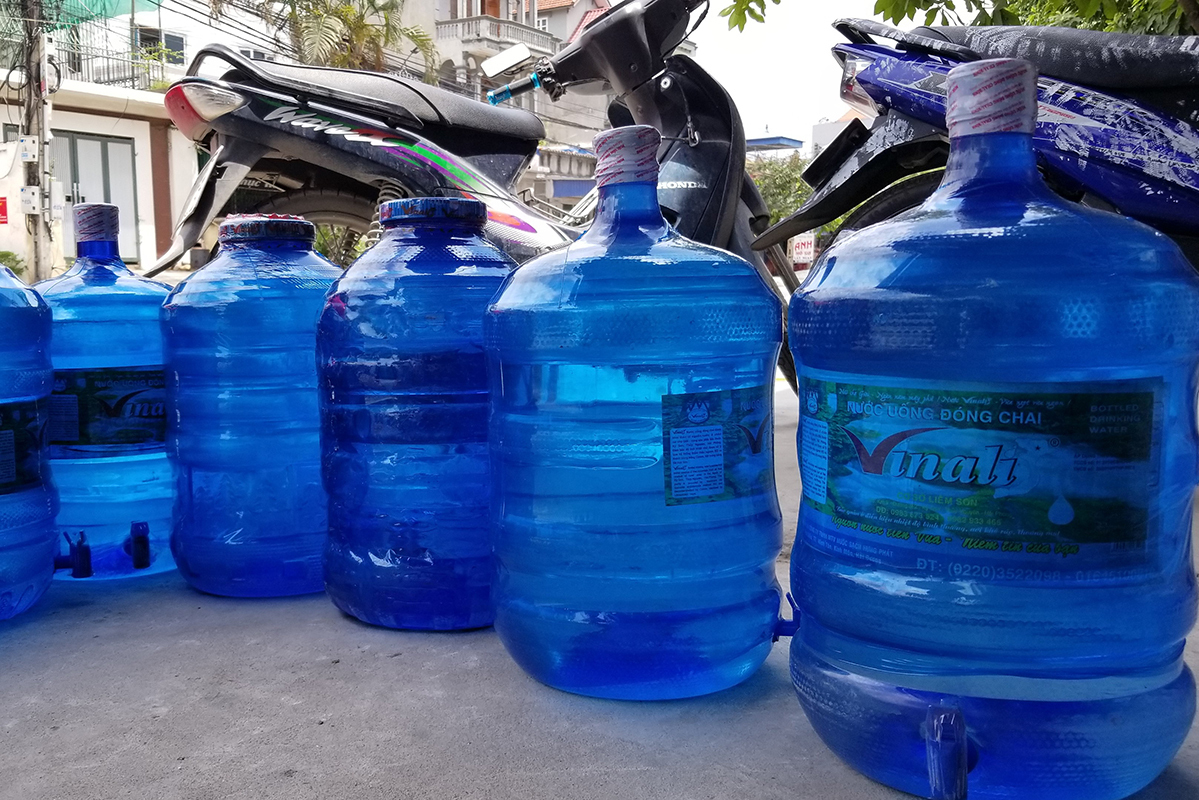 The Vinalis bottled water has been found to be processed from ditchwater by an unpermitted facility in Hai Phong City in northern Vietnam. Photo by VnExpress/Giang Chinh.