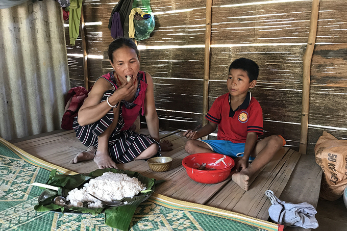Ho Thi Lien and her son have lunch in their house in Sa Tram village, Ba Nang commune, Dak Rong district in the central province of Quang Tri in June, 2020. Photo by VnExpress/Hoang Tao