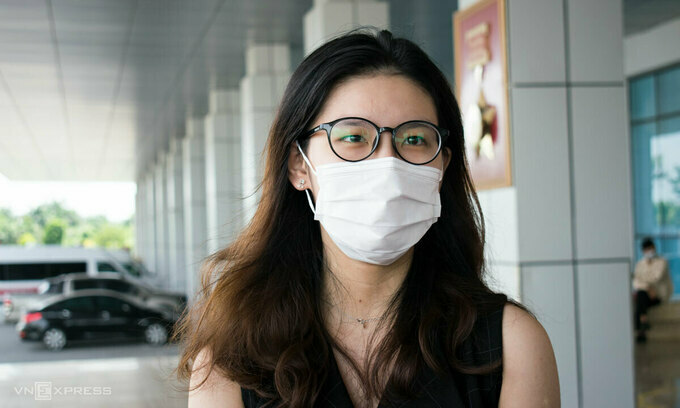 A 19-year-old Vietnamese returning from the U.S. poses for a photo at the National Hospital for Tropical Diseases in Hanoi after recovering from Covid-19, June 8, 2020. Photo by VnExpress/Chi Le.