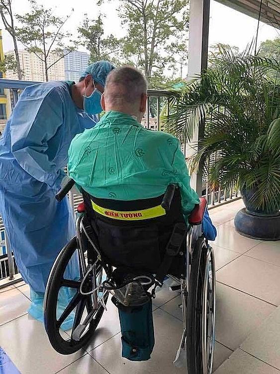 Patient 91 sits on the wheelchair to sunbathe in the morning in the Cho Ray Hospital in HCMC, June 2020. Photo courtesy of the hospital.