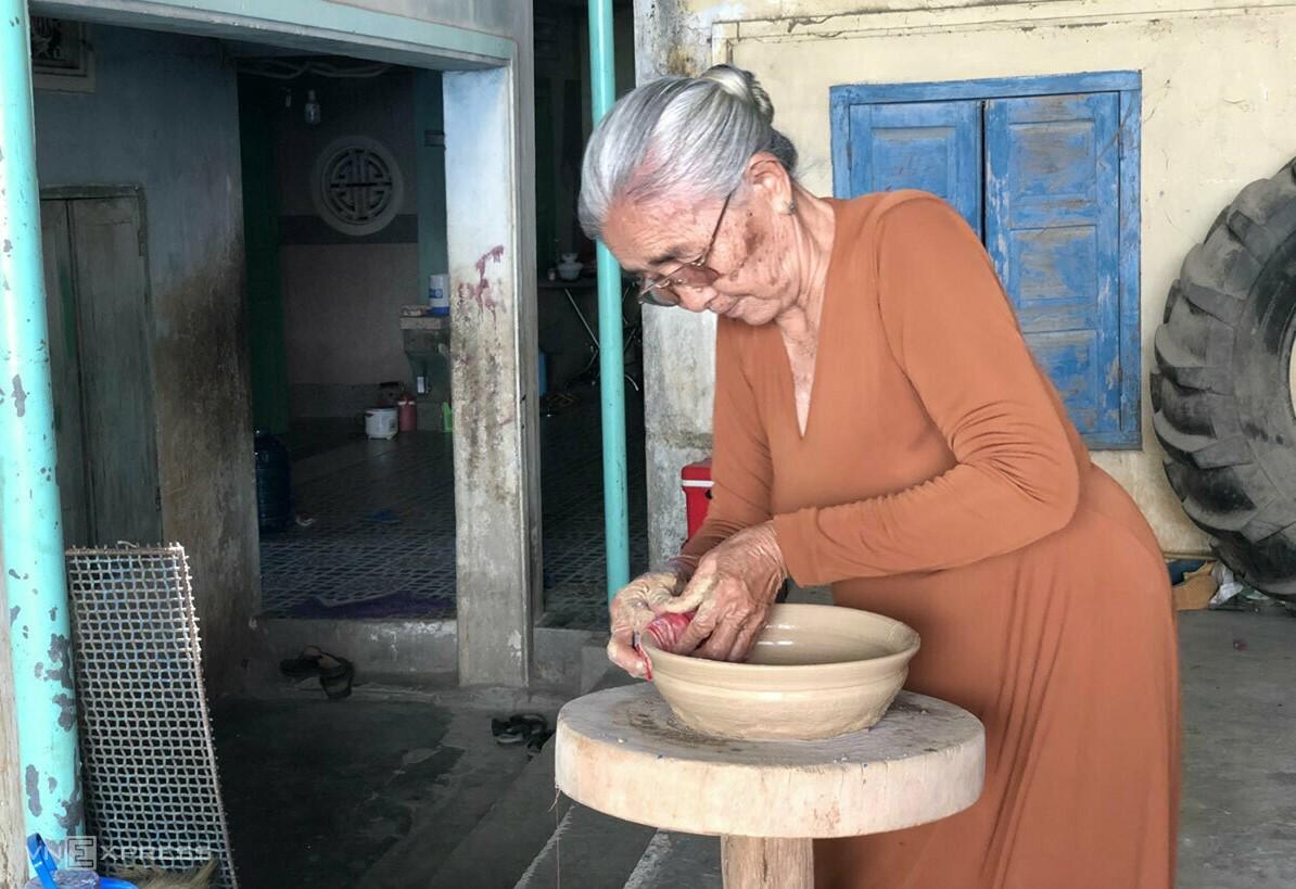 Don Thi Hieu demonstrating the art of Cham pottery making. Photo by VnExpress/Ngan Duong.