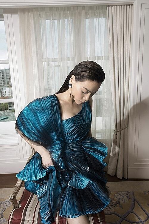 Model Ho Ngoc Ha dons a dress with