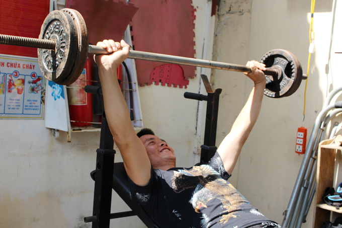 Thanh lifts weights, demonstrating his return to good health. Photo by VnExpress/Pham Nga.